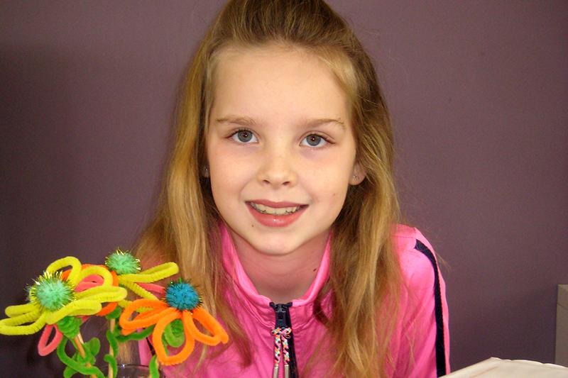 De tienjarige Loïse laat haar spulletjes zien die ze heeft verkocht